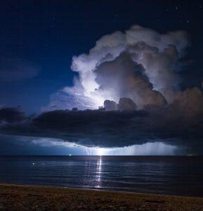 Synkkä ja myrskyinen yö